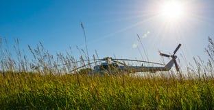 Hubschrauber, der auf dem Gebiet steht Lizenzfreies Stockbild