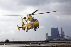 Hubschrauber, der den Hubschrauber-Landeplatz in einem Industriegebiet lässt Stockfotografie