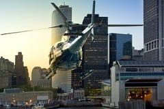 Hubschrauber, der Manhattan-Südskyline fliegt Stockfotos