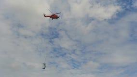 Hubschrauber, der Teile Stahlgitter-Masten transportiert stock footage