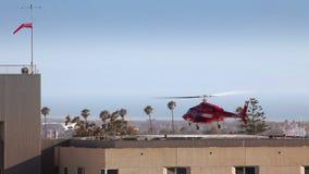 Hubschrauber, der vom Hubschrauber-Landeplatz sich entfernt stock footage