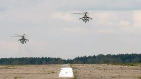 Hubschrauber, der vom Rollbahnvideo sich entfernt stock footage