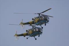 Hubschrauber, der während des airshow durchführt Stockfotos