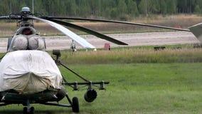 Hubschrauber, die das Hubschrauber-Landeplatz Video weitergehen stock video