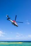 Hubschrauber entfernen sich von der Ölplattform Stockfoto