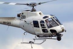 Hubschrauber Eurocopter AS-350BA, der Luftschmierfilmbildung mit einer Nase leitet, brachte Cineflex-Kamera über Melbourne an lizenzfreie stockbilder