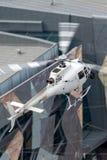 Hubschrauber Eurocopter AS-350BA, der Luftschmierfilmbildung mit einer Nase leitet, brachte Cineflex-Kamera über Melbourne an lizenzfreie stockfotos