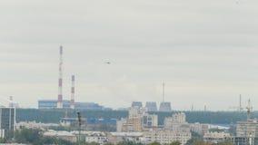 Hubschrauber fliegt über Chemiefabrik stock footage