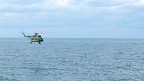 Hubschrauber fliegt über das Meer stock video