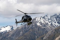 Hubschrauber flys im Berggebiet stockbild
