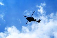 Hubschrauber gegen blauen Himmel Stockfotografie