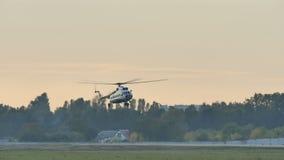 Hubschrauber geht auf Landung stock video footage