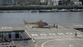 Hubschrauber gelandet auf Hubschrauber-Landeplatz stock video footage
