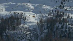 Hubschrauber-gelber Berg stock footage