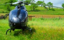 Hubschrauber geparkt auf Feld stockfoto
