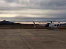 Hubschrauber geparkt an einem Flughafen Stockfotos