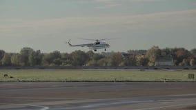 Hubschrauber im Flughafen stock video