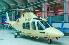 Hubschrauber im Hangar Stockbild