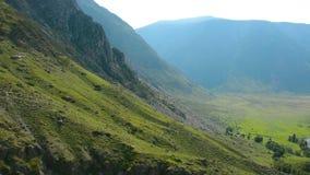 Hubschrauber im Tal des Flusses Chulyshman stock video