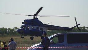 Hubschrauber kommt herein zu landen stock footage