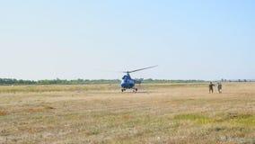 Hubschrauber kommt herein zu landen stock video footage