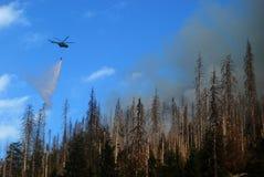 Hubschrauber löschen Feuer Stockfotos