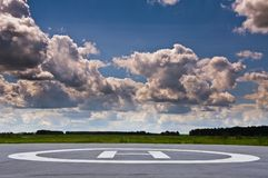 Hubschrauber-Landeplatz auf dem Gebiet Stockfotos