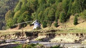 Hubschrauber landete auf einer Wiese eines Waldes stock video