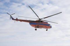 Hubschrauber Mi-8 im Himmel Lizenzfreie Stockfotografie