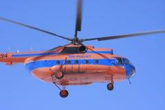 Hubschrauber Mi-8 im Himmel Lizenzfreies Stockbild