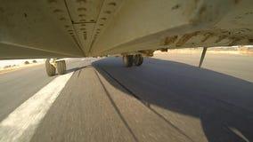 Hubschrauber MI 26 beschleunigt sich auf der Rollbahn stock video