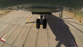 Hubschrauber MI 26 entfernt sich von einem Standortbereich stock footage