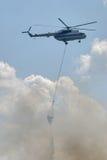 Hubschrauber MI-8 fliegt für feuerlöschendes Stockfoto