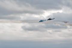 Hubschrauber MI-24 ließen heraus Thermalfallen und -angriff Lizenzfreie Stockbilder