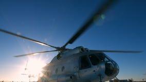 Hubschrauber Mi-8 während des Parkens stock footage