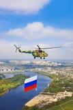Hubschrauber mit russischer Flagge über Moskau an der Parade des Sieges DA Stockfotos