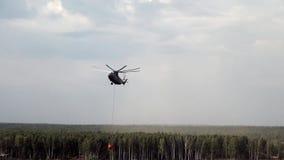 Hubschrauber mit verschobenem Abflusskanalschöpflöffel fliegt zum Reservoir für Wasseraufnahme stock video