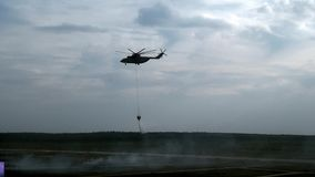 Hubschrauber mit verschobenem Abflusskanalschöpflöffel fliegt zum Reservoir für Wasseraufnahme stock video footage