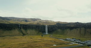 Hubschrauber nähert sich zum starken Wasserfall Seljalandsfoss in Island Berühmter touristischer Platz mit erstaunlicher Ansicht stock video footage