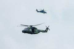 Hubschrauber NH90 ( foreground) und Eurocopter-Tiger ( background) von der deutschen Armee stockfoto