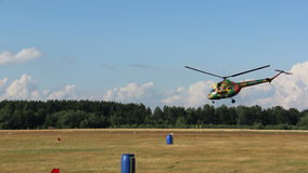 Hubschrauber schwebte über dem Boden im Flug und fliegt dann weg in den Himmel stock video footage