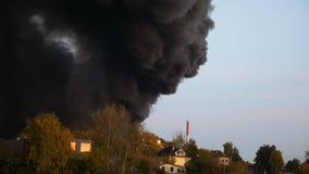 Hubschrauber setzt heraus ein Feuer in die Stadt ein Hubschrauber fliegt in das Feuer und in den Rauch Flammen und Rauch Ein Team stock video