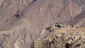 Hubschrauber sitzt in den Bergen stock footage