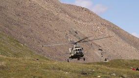 Hubschrauber sitzt in den Bergen stock video footage