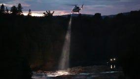 Hubschrauber-Suche und Rettung für das Ertrinken von Opfern stock video footage