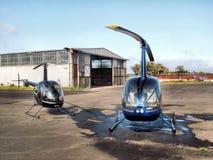 Hubschrauber u. Hangar Stockbilder