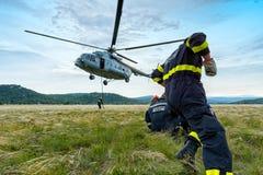 Hubschrauber und Feuerwehrmänner 2 Lizenzfreie Stockfotos