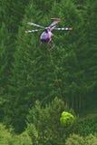 Hubschrauber-Weihnachtsbaum-Ernte stockfotos
