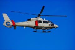 Hubschrauber am wolkenlosen Himmel Lizenzfreies Stockfoto