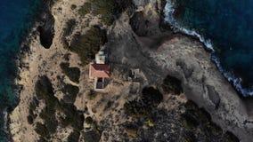 Hubschrauberfliege um die kleine Insel mit dem alten Haus umgeben durch Seeraum Insel mit einem Haus einsamkeit Die Ansicht von B stock footage